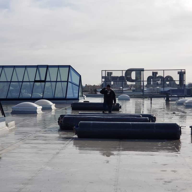 Reabilitare hidroizolatie centru comercial - pozitionare role membrana epdm pe acoperis