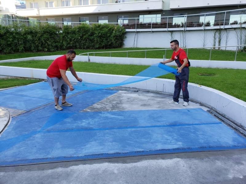 Refacere hidroizolatie piscina - aplicare plasei de fibra Mapelastic